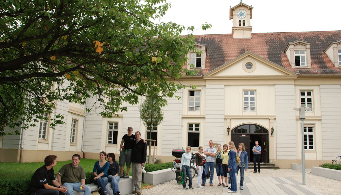 Students in front of the Old Building in Triesdorf